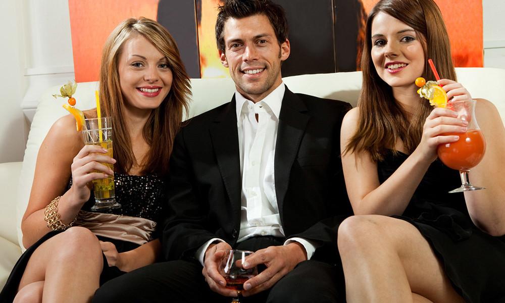 Барин с двумя девушками