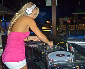 laura-cavender-female-dj